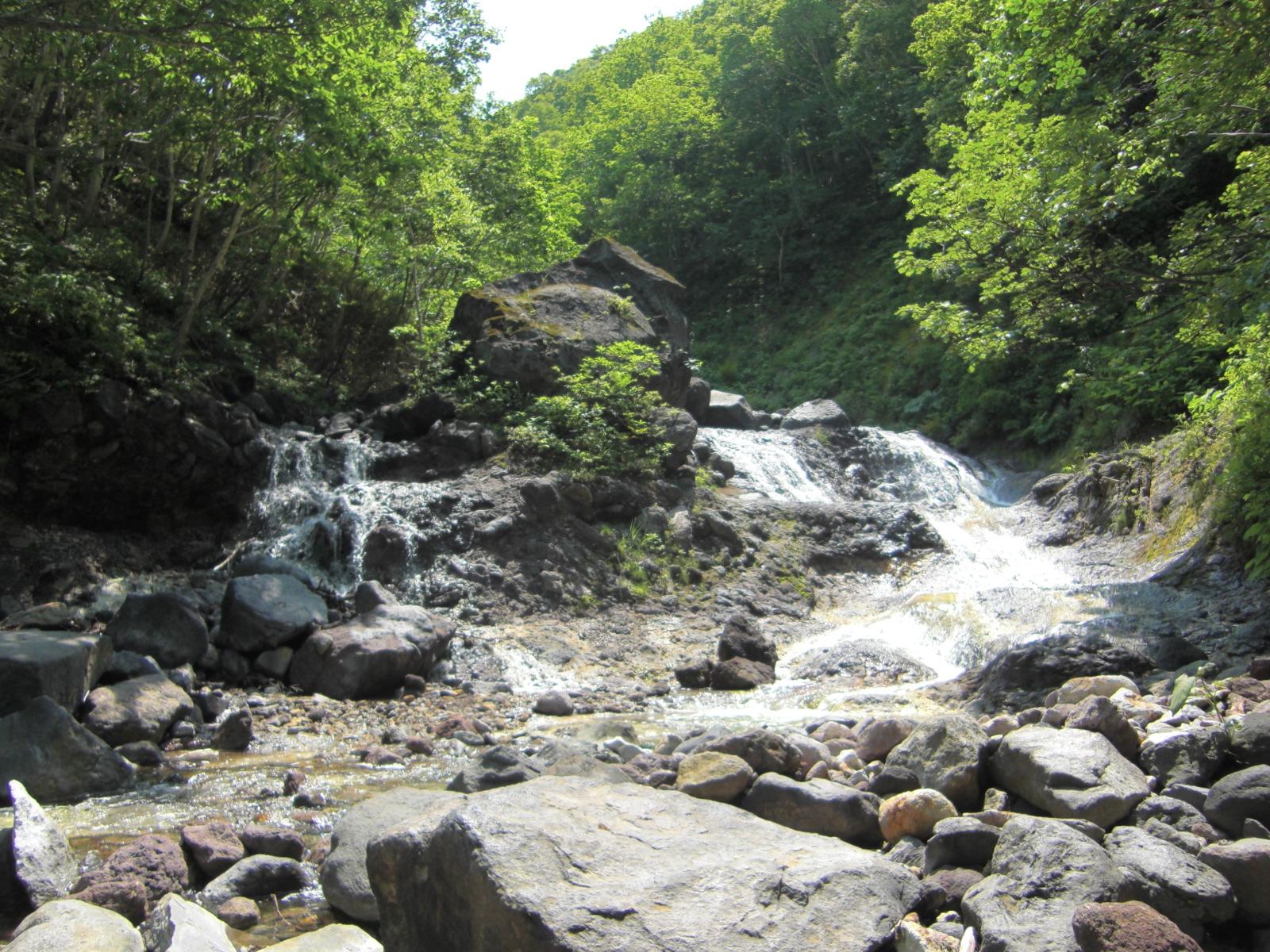 【知床半島での観光タクシー・ジャンボタクシー】カムイワッカの滝観光案内です。