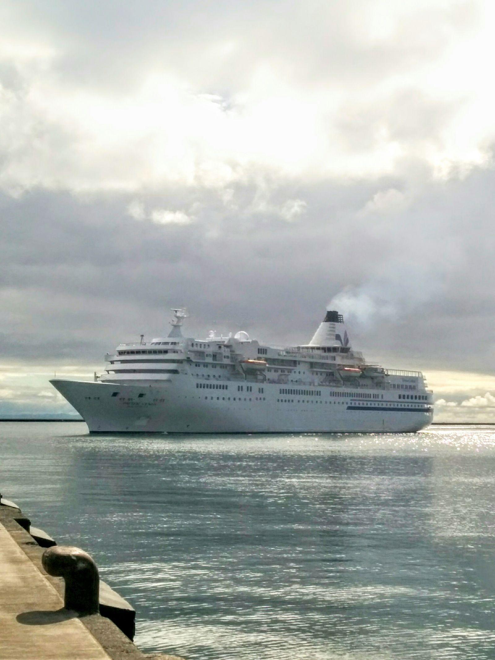 小樽港へ観光クルーズ船「ぱしふぃっくびいなす」入港です。
