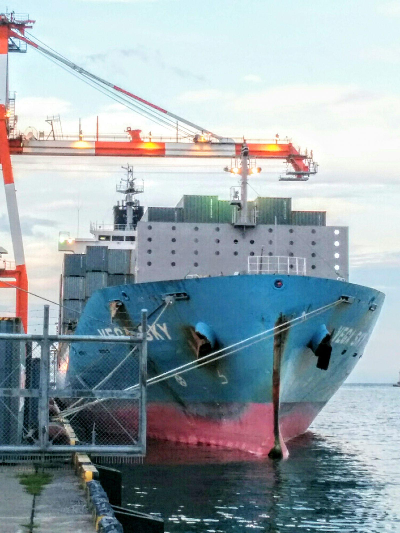 【小樽市】港町埠頭コンテナ船の写真です。