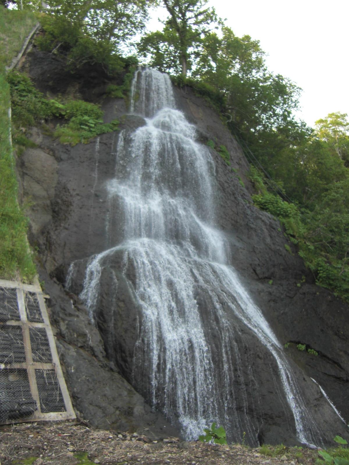 【知床羅臼町】瀬石の滝観光案内です。