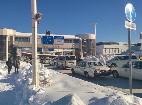 爆弾低気圧で新千歳空港は大混雑です。