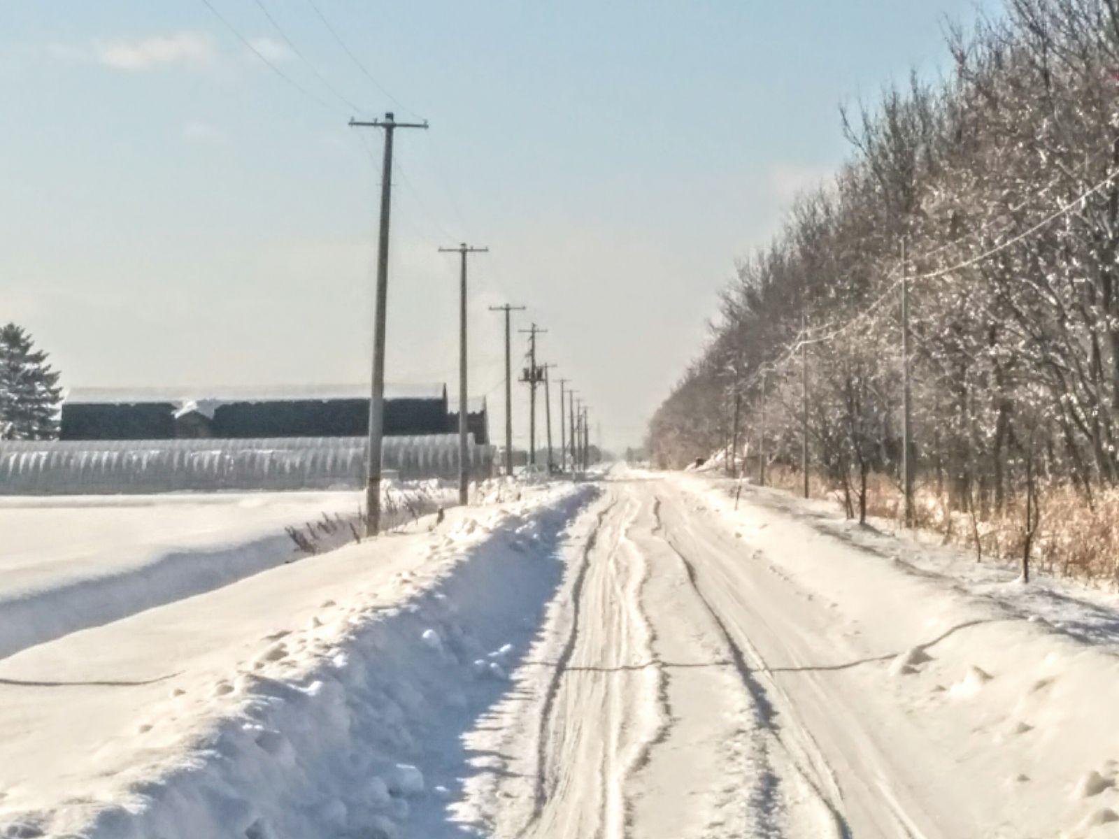 【長沼町】冬の直線道路と真っ白な大地です。