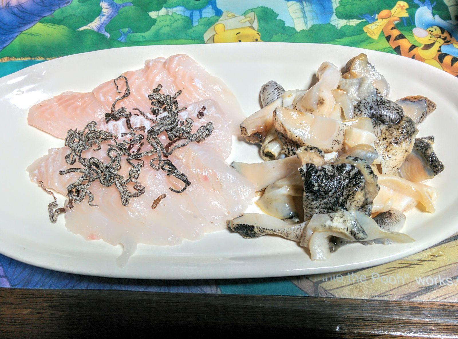 【小樽】ツブ貝の刺身と赤ガレイの塩昆布乗せ刺身です。